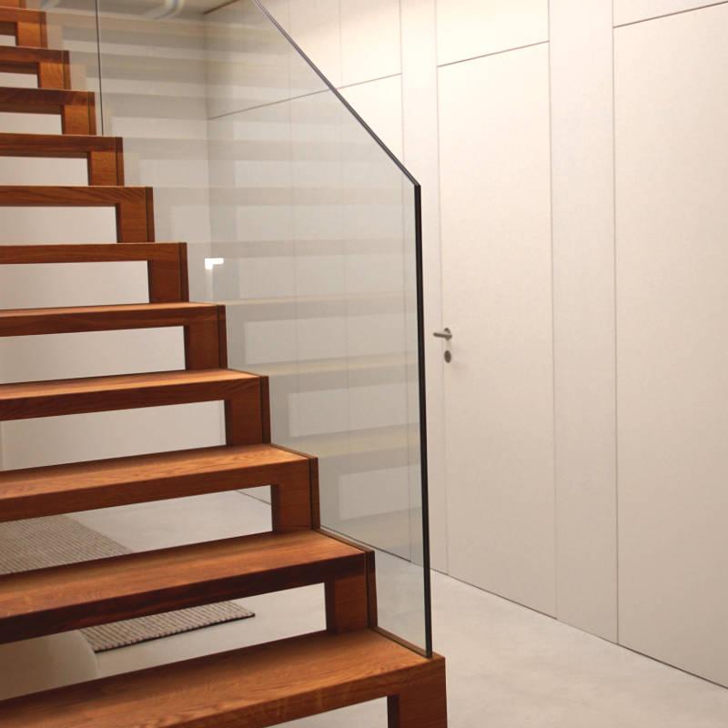 Referenzbild: Schwebende Treppe aus Eichenholz und Interieurausbau komplett