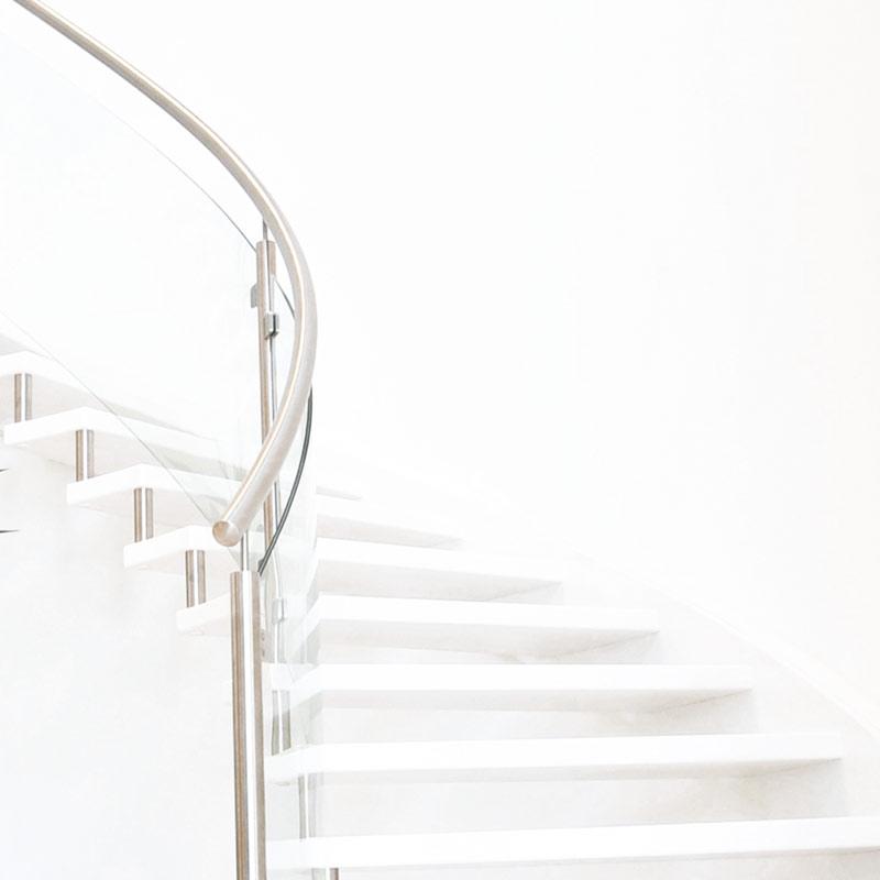 Referenzbild: Designtreppe ganz in Weiss mit Nirosta/Glas Geländer